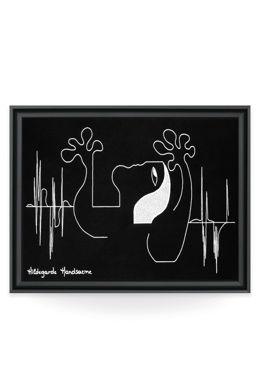 Représentation abstraite d'une femme sur toile brodée, par l'artiste contemporaine Hildegarde. Une broderie d'art issue du savoir-faire français de la galerie textile lyonnais Vangart.