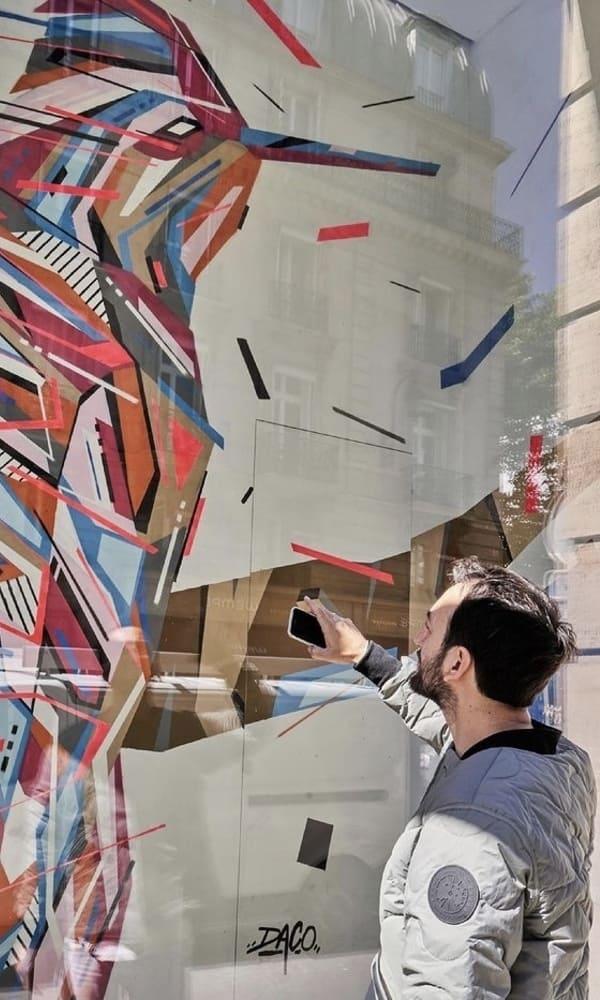 Identifiable par son style déstructuré et éclaté, Daco a su développer son identité en illustration avec sa série d'animaux « GRAFFAUNE » aux allures géométriques et colorées.