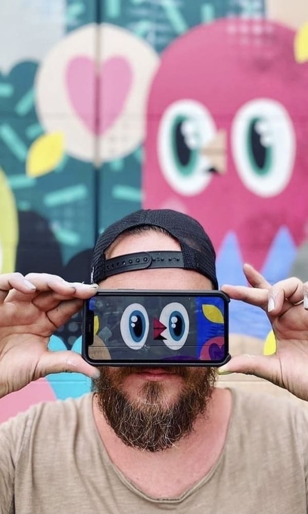 L'artiste contemporain urbain Bishopparigo évolue dans un monde coloré où le sourire y est roi, et l'insouciance le maître. Il a fait de ses petits oiseaux sa marque de fabrique, incitant les spectateurs à redécouvrir leurs âmes d'enfants.