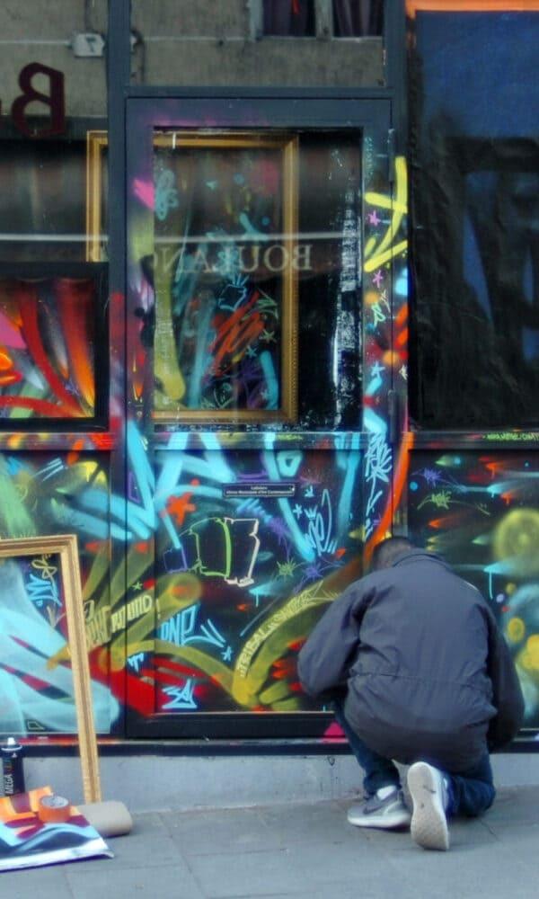 Passionné par l'art de la rue et la calligraphie, l'artiste Papa Mesk est connu pour son activité prolifique et le style de ses Tags. Son art se construit à l'instinct, par accumulation de tags dans une palette de couleurs à haute vibrance.