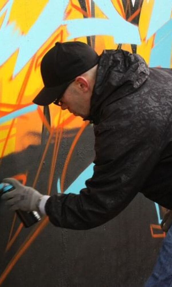 Graffeur et Tatoueur, Ozer a grandi avec la culture hip hop. Un environnement à l'origine de son style new school et son intérêt pour le lettrage. Il fait parti du collectif européen de graffiti LoveLetters.