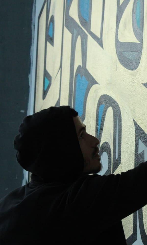 Le travail de l'artiste urbain Asu est inspiré du sacré et est texturé, sublimé par des calligraphies subtiles dotée d'une grande maitrise du geste