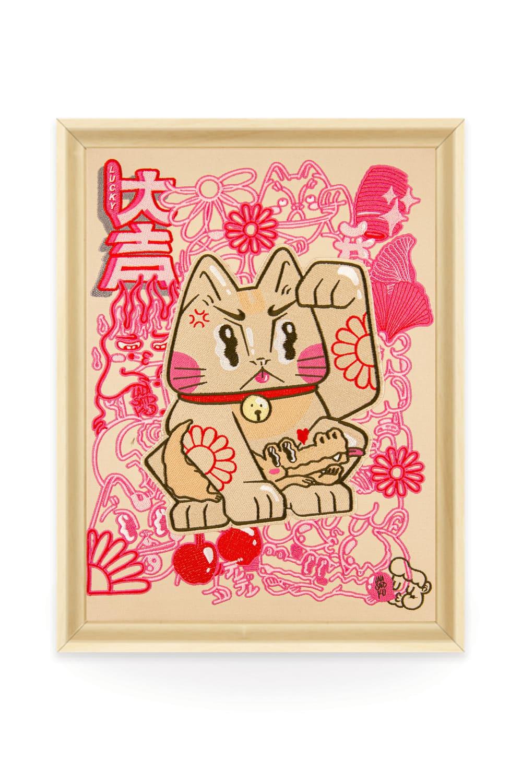 Toile brodée en édition limitée du traditionnel chat japonais Maneki-neko pensée par la street-artiste Lalasaïdko.