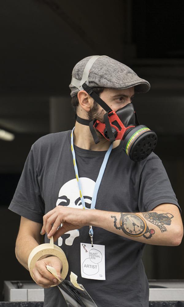 Spécialisé dans l'utilisation du pochoir, l'artiste Jaune est réputé pour mettre en scène des ouvriers de propreté publique ou de construction.
